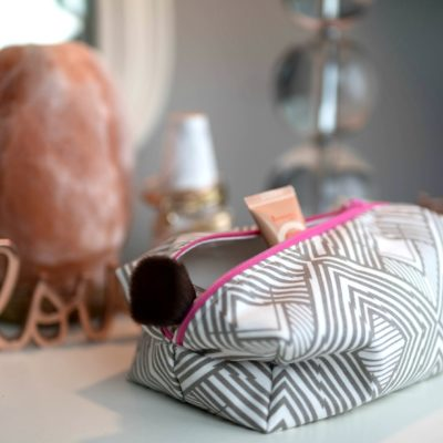 How to Sew a Zippered Makeup Bag thumbnail